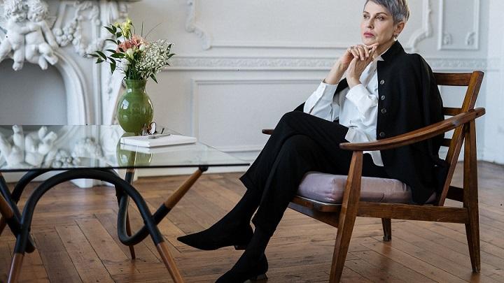 mujer-sentada-en-una-silla