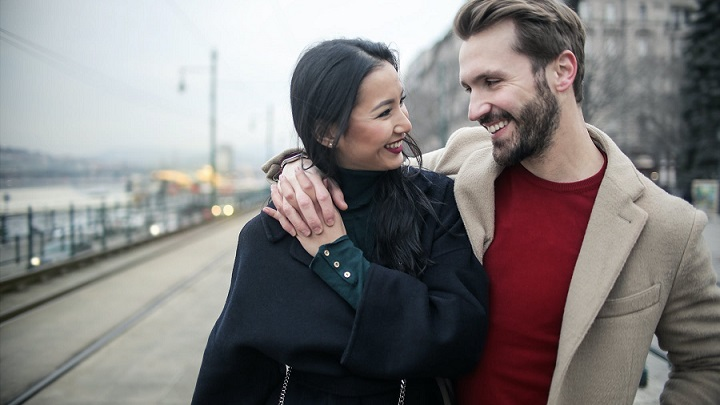 pareja-enamorada-en-la-calle