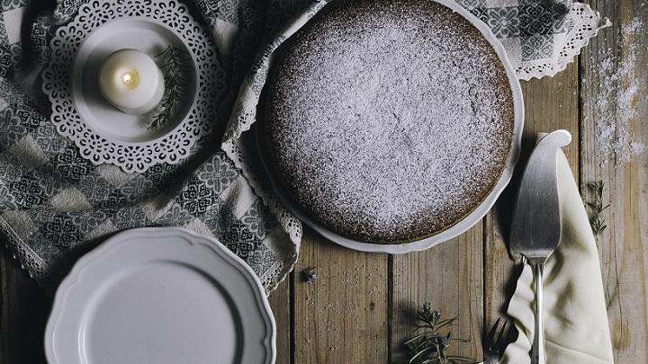 platos-de-cocina-en-la-mesa