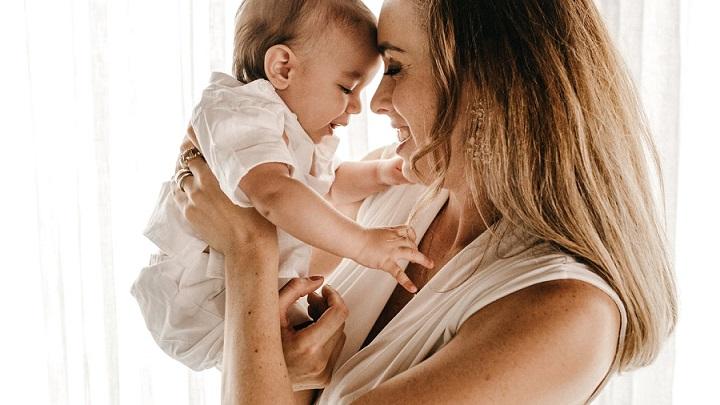 madre-con-su-bebe-en-brazos