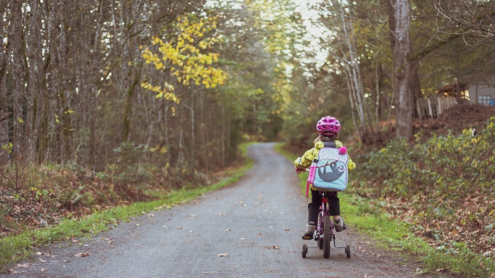 nina-en-bicicleta