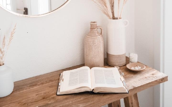 libro-sobre-mesa-de-madera