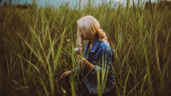 chica-con-flores-en-el-campo