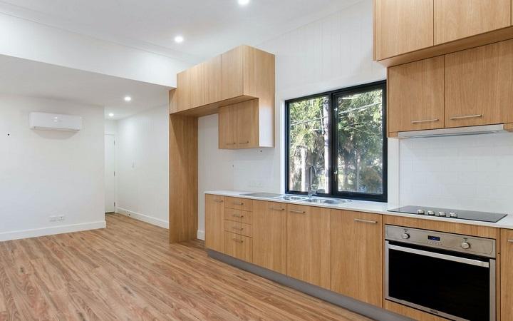 cocina-con-muebles-y-suelo-de-madera