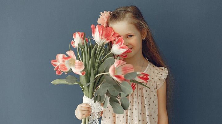 nina-con-flores