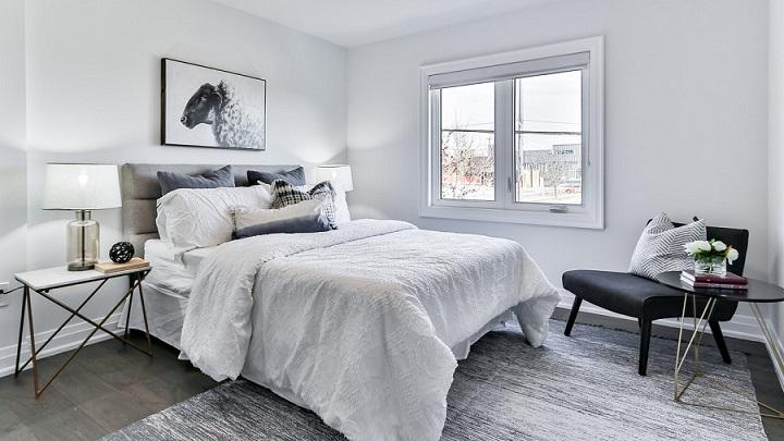dormitorio-con-cama-y-mesillas