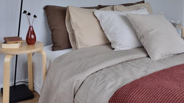 cama-con-varios-cojines