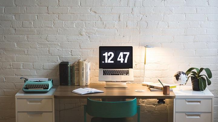 escritorio-en-blanco-y-madera