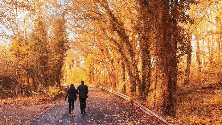pareja-pasea-en-otono