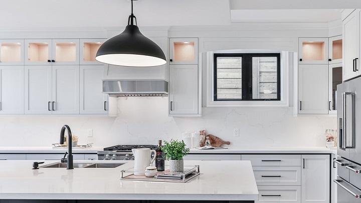cocina-blanca-con-detalles-de-color-negro