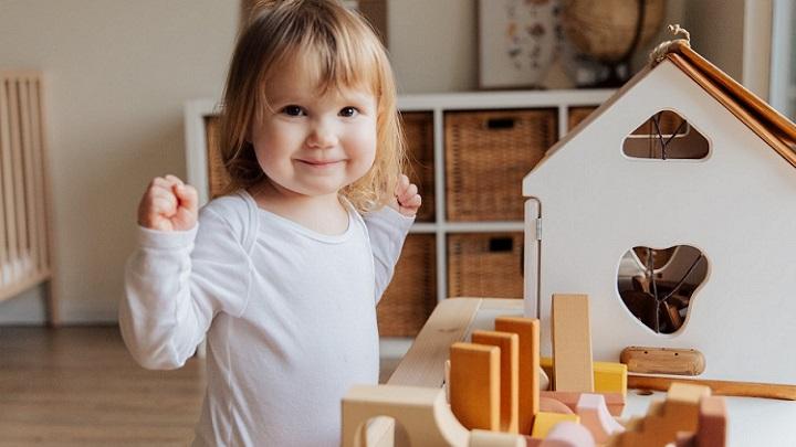 nina-juega-con-juguetes