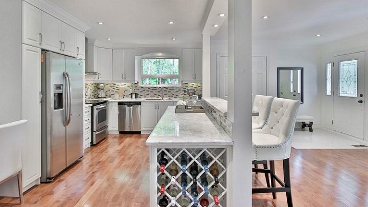 cocina-blanca-con-suelo-en-madera