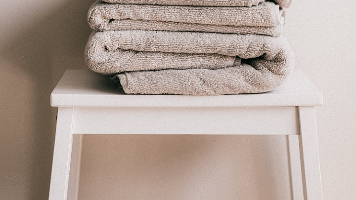 asiento-de-bano-con-toallas