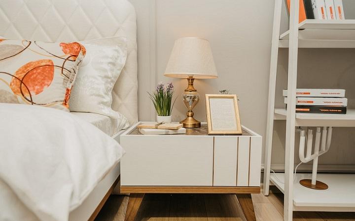 estanteria-en-forma-de-escalera-en-el-dormitorio