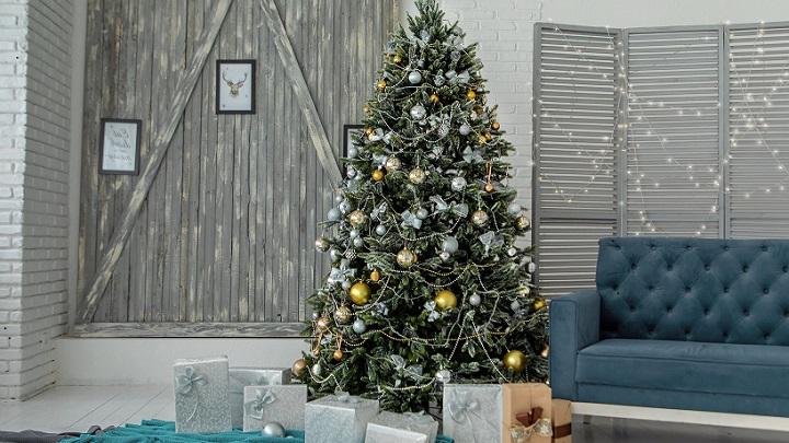 arbol-de-navidad-junto-a-sofa-de-color-azul