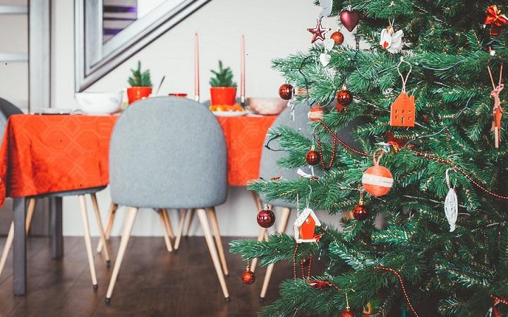 arbol-de-navidad-con-detalles-de-color-naranja