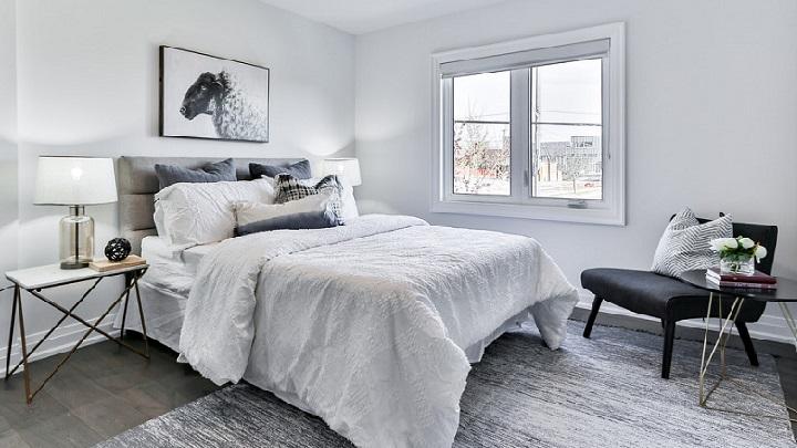 dormitorio-de-color-blanco-con-alfombra