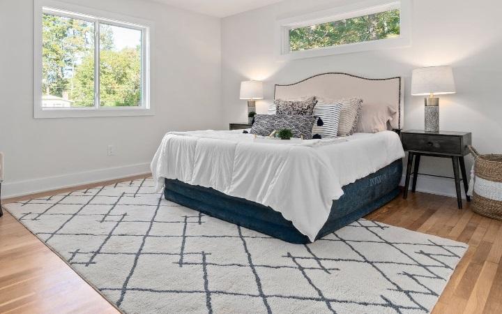 cama-con-alfombra-en-el-dormitorio