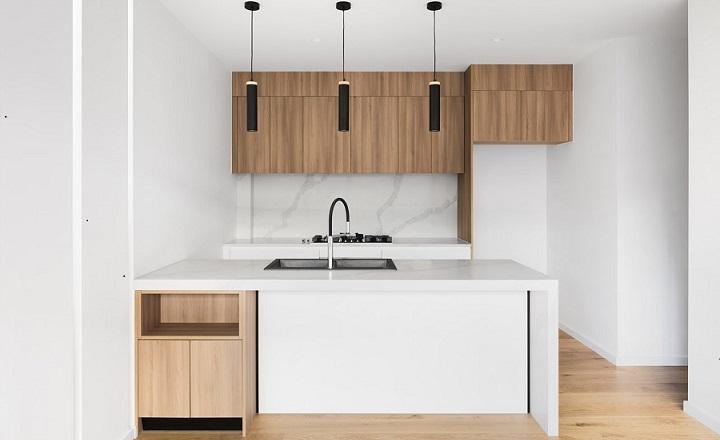 cocina-en-blanco-negro-y-madera
