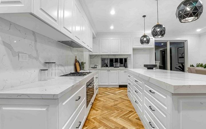 cocina-grande-con-isla-de-color-blanco