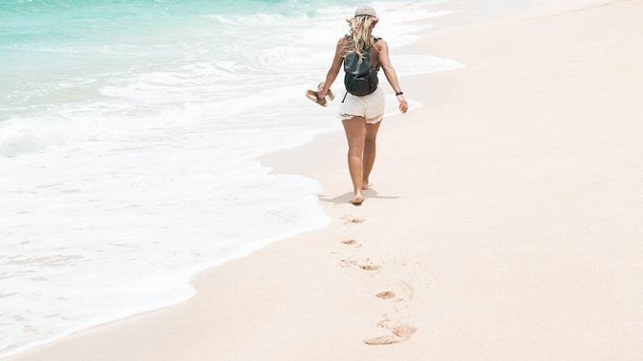 chica-camina-por-la-playa