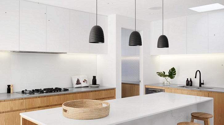 lamparas-de-color-negro-sobre-isla-de-cocina