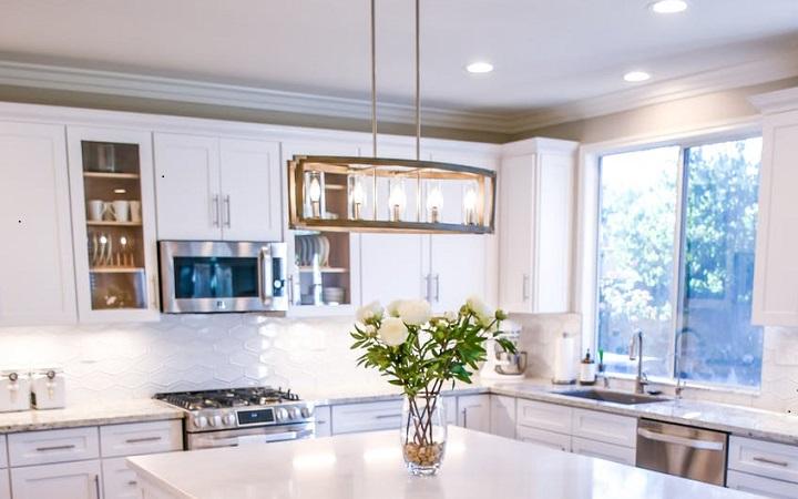 lampara-colgante-en-cocina-moderna-con-isla