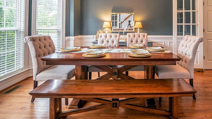 mesa-con-banco-de-madera-y-sillas-tapizadas