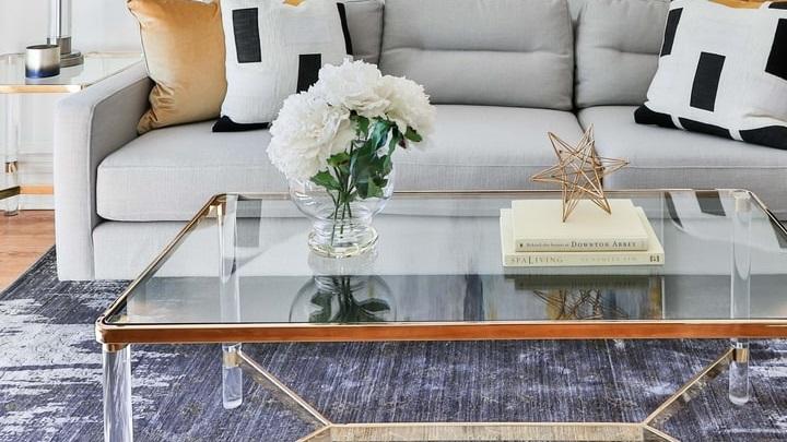 sofa-de-color-gris-con-cojines