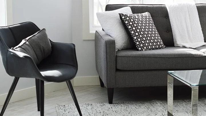 sofa-de-color-gris-con-manta