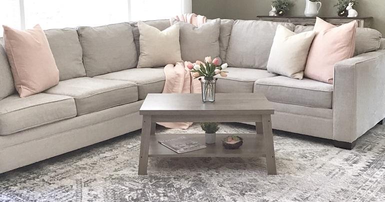 sofa-con-cojines-rosas
