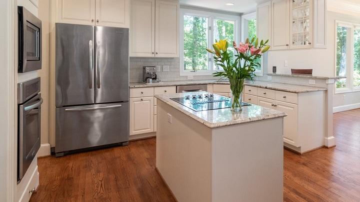 flores-en-isla-de-cocina-de-color-blanco