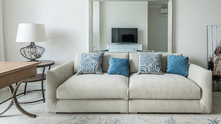salon-decorado-en-blanco-y-azul