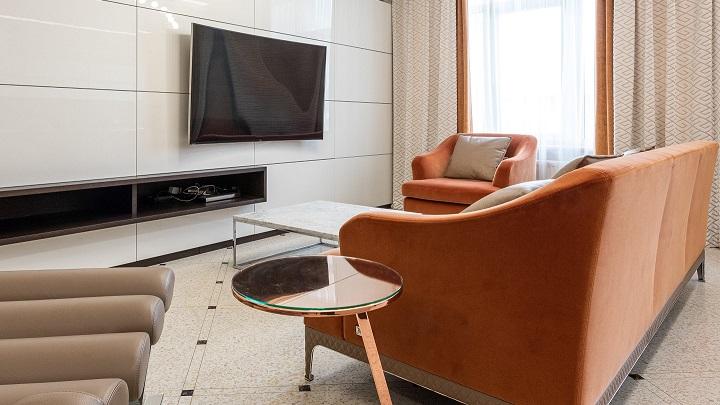 salon-decorado-en-negro-naranja-y-blanco