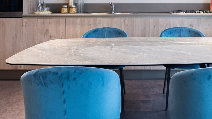 cocina-con-sillas-azules