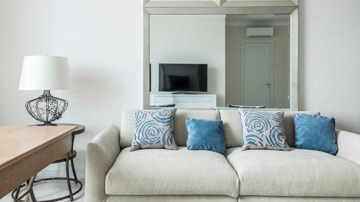 sofa-con-cojines-de-estampado-primaveral