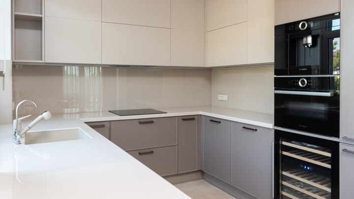 encimera-de-cocina-de-color-blanco