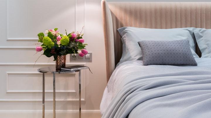 dormitorio-con-molduras-en-pared