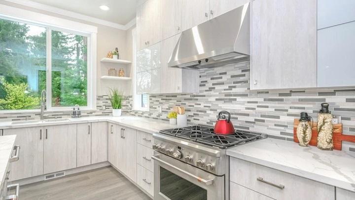 cocina-moderna-decorada-en-gris-y-blanco