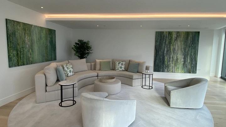 sofa-beige-y-cuadros-verdes