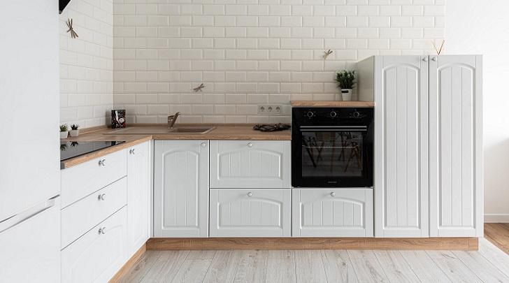 cocina-con-suelo-ceramico-de-imitacion-madera