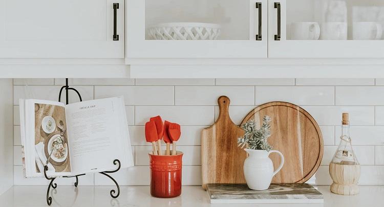 utensilios-de-cocina-de-color-rojo