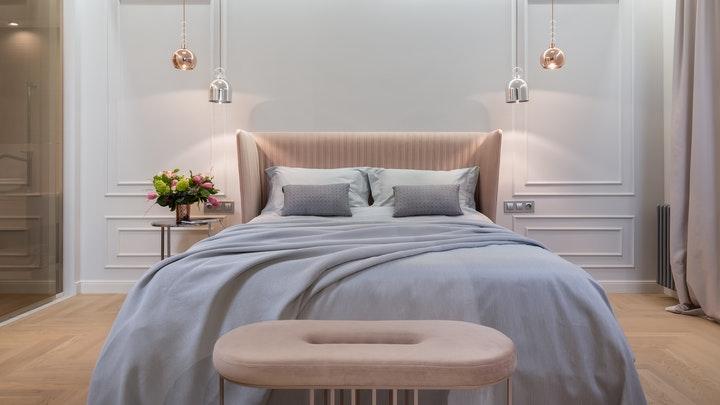 pared-con-molduras-en-dormitorio