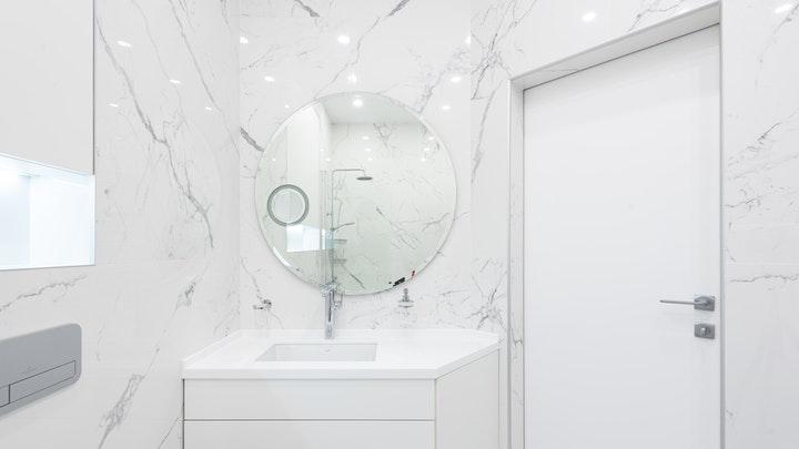 bano-con-paredes-en-marmol