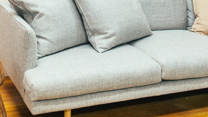 cojines-del-mismo-color-que-el-sofa