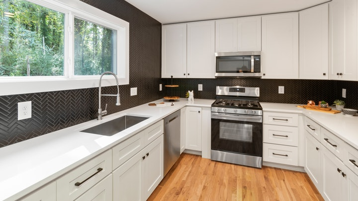 suelo-de-madera-en-cocina-blanca
