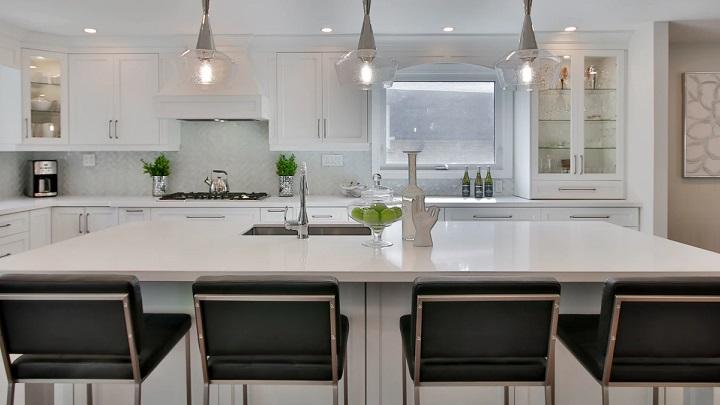cocina-blanca-con-armarios-vitrina