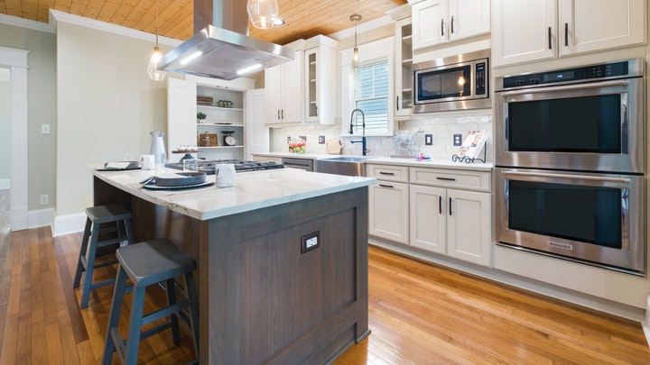 suelo-de-madera-en-cocina-con-isla