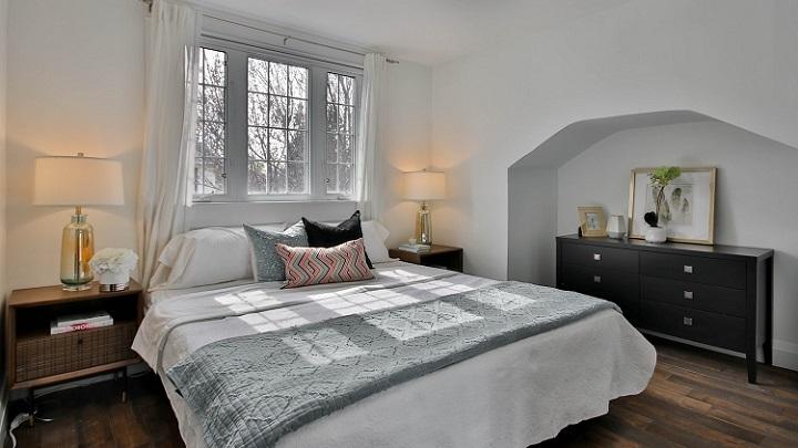 ropa-de-cama-gris-y-blanca