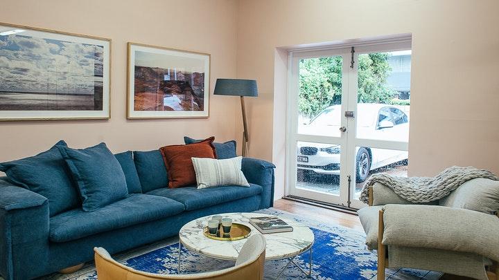 sofa-y-alfombra-en-azul